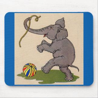 elefante feliz que juega con la cuerda y la bola mouse pad