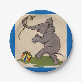 elefante feliz que juega con la cuerda y la bola platos de papel