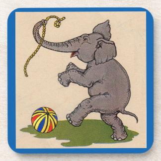 elefante feliz que juega con la cuerda y la bola posavasos de bebidas