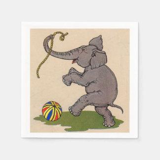 elefante feliz que juega con la cuerda y la bola servilleta desechable