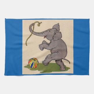 elefante feliz que juega con la cuerda y la bola toalla de cocina