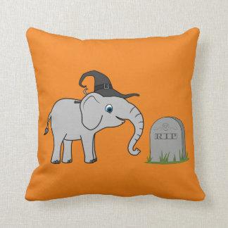 Elefante gris con la piedra del sepulcro del almohadas