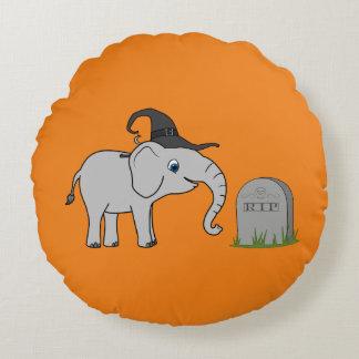 Elefante gris con la piedra del sepulcro del cojín redondo
