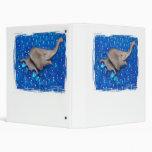 Elefante gris del juguete en burbujas azules