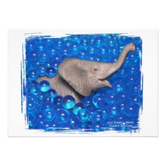 Elefante gris del juguete en burbujas azules anuncio personalizado