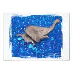 Elefante gris del juguete en burbujas azules invitación 12,7 x 17,8 cm