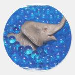 Elefante gris del juguete en burbujas azules pegatinas redondas