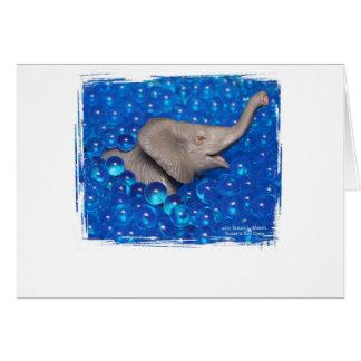 Elefante gris del juguete en burbujas azules felicitaciones