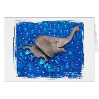 Elefante gris del juguete en burbujas azules felicitación