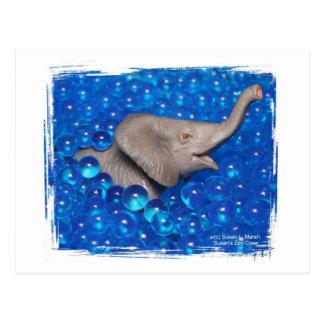 Elefante gris del juguete en burbujas azules postales