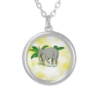Elefante gris en fondo amarillo collares