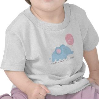 Elefante lindo de los azules cielos con un globo r camiseta