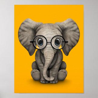 Elefante lindo del bebé con amarillo de los impresiones