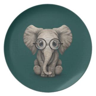 Elefante lindo del bebé con el trullo de los plato de comida