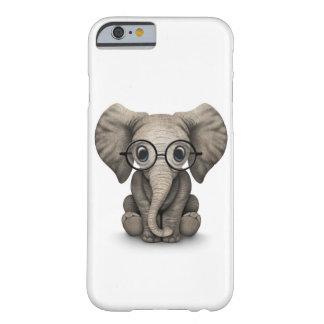 Elefante lindo del bebé con los vidrios de lectura funda de iPhone 6 barely there