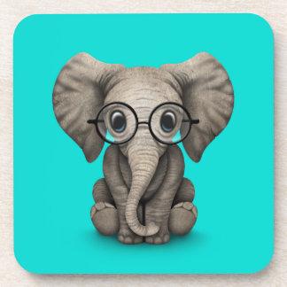 Elefante lindo del bebé con los vidrios de lectura posavaso