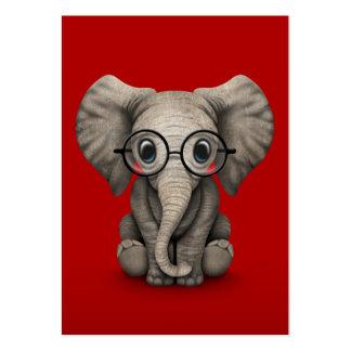 Elefante lindo del bebé con los vidrios de lectura tarjetas de visita grandes