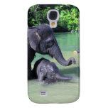 Elefante lindo del bebé que se baña en el río con