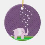 Elefante lindo en rosado femenino y púrpura ornatos