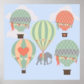 Elefante lindo que monta el levantamiento de los g póster