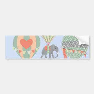 Elefante lindo que monta el levantamiento de los pegatina para auto
