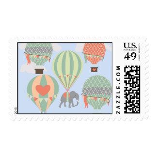 Elefante lindo que monta el levantamiento de los sellos