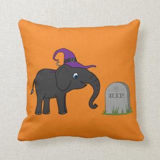 Elefante negro con la piedra del sepulcro del cojín