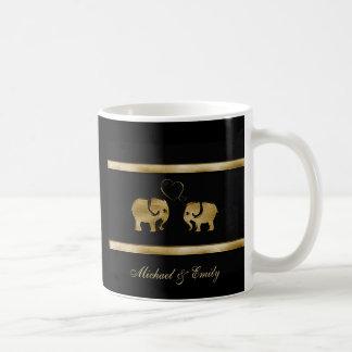 Elefante negro lindo de moda de /golden en amor taza clásica