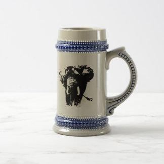 Elefante negro y blanco del arte pop jarra de cerveza