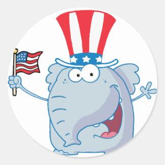 Elefante patriótico que agita una bandera etiquetas redondas