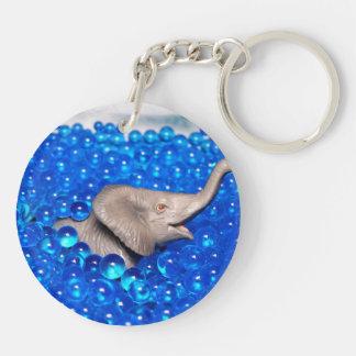 elefante plástico gris en bolas azules llavero redondo acrílico a doble cara