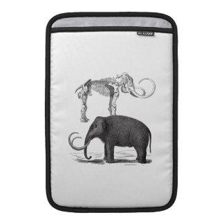 Elefante prehistórico y esqueleto del mamut lanoso funda  MacBook