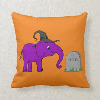 Elefante púrpura con la piedra del sepulcro del almohadas
