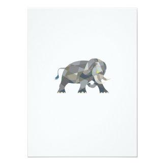Elefante que ataca el polígono bajo lateral invitación 13,9 x 19,0 cm