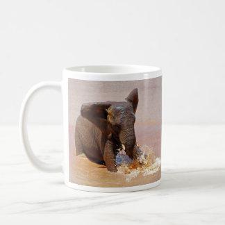 Elefante que juega con agua tazas de café