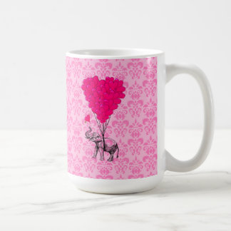 Elefante que lleva a cabo el corazón en el damasco taza de café