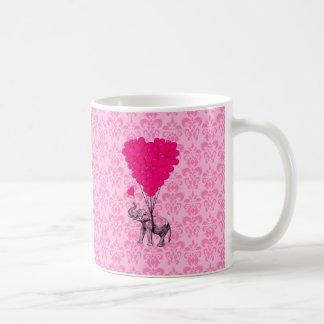Elefante que lleva a cabo el corazón en el damasco tazas de café