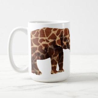 Elefante que piensa su una jirafa tazas