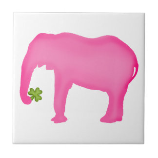 Elefante rosado con un trébol azulejos