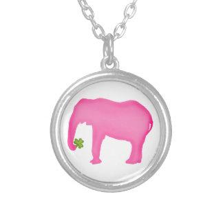 Elefante rosado con un trébol joyería