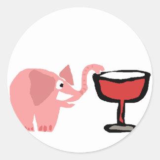 Elefante rosado divertido que bebe el vino rojo pegatina redonda