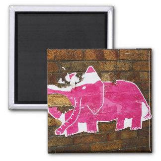 Elefante rosado hecho andrajos imán cuadrado
