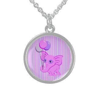 Elefante rosado lindo del bebé que sostiene los gl collares de plata esterlina