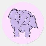 Elefante soñoliento púrpura. Dibujo animado Pegatina