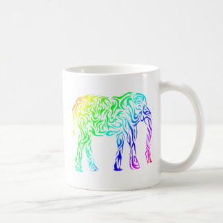 Elefante tribal del arco iris taza clásica
