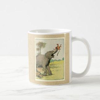 Elefante y cazador furtivo en la selva taza básica blanca