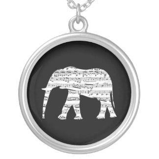 Elefante y collar de la nota de la música