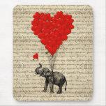 Elefante y globos en forma de corazón alfombrillas de ratón