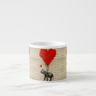 Elefante y globos en forma de corazón taza de espresso