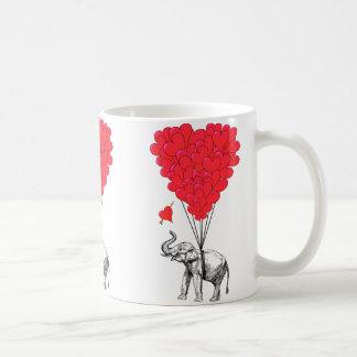 Elefante y globos rojos del corazón taza básica blanca
